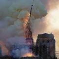 火災が発生した仏パリのノートルダム大聖堂から崩落する尖塔(2019年4月15日撮影、資料写真)。(c)Geoffroy VAN DER HASSELT / AFP