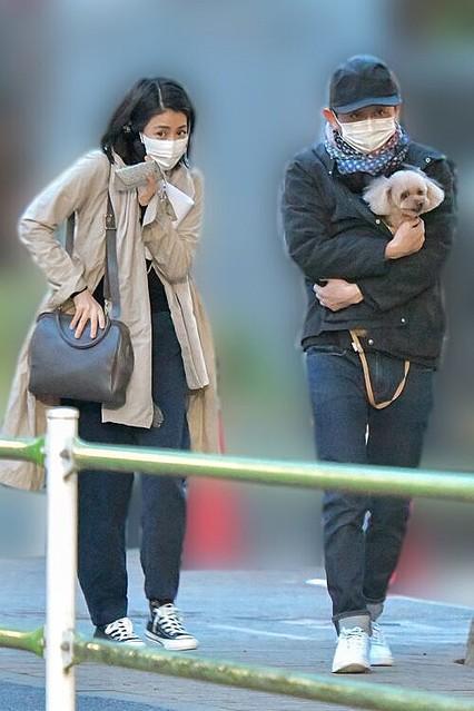[画像] 有吉弘行と夏目三久の初2ショット 愛犬を抱えてお散歩デート撮