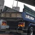 【意外と知らない】ダンプカーの荷台に書かれている地名や数字の意味とは