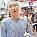 8日、ジャッキー・チェンの娘エッタ・ンさんが、カナダでゴミ拾いをして生活しているとのうわさが浮上。一部のネットユーザーは、「スーパーで買い物を終えた姿だ」と否定している。写真はエッタ・ンさんとカナダ人恋人。