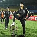 中国・成都で行われたサッカーのユース大会、パンダ・カップのトロフィーを足で踏むU-18韓国代表の選手。 Osports提供(2019年5月29日撮影)。(c)STR / OSPORTS / AFP