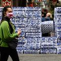 香港の店頭に並ぶトイレットペーパー(2020年2月8日撮影、資料写真)。(c)Philip FONG / AFP