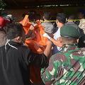 インドネシア・東ジャワ州で、フェリー沈没事故の犠牲者らの遺体を運ぶ救助隊員ら(2019年6月18日撮影)。(c)VERO / AFP