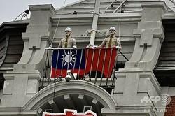 台湾・台北の総統府前で行われた建国記念日の祝賀式典で、台湾旗を掲揚する準備をする憲兵ら(2020年10月10日撮影、資料写真)。(c)Sam Yeh / AFP