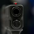 半自動拳銃の銃口(2014年4月25日撮影、資料写真)。(c)KAREN BLEIER / AFP