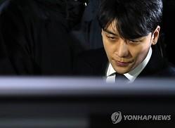 3月15日早朝、ソウル地方警察庁で聴取を受けた後、同庁を出たV.Iさん=(聯合ニュース)