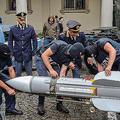 イタリア・トリノ警察の特殊部隊が押収した空対空ミサイルを運ぶ警官ら。同警察が公開(2019年7月15日公開)。(c)AFP=時事/AFPBB News