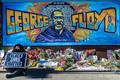 米ミネソタ州ミネアポリスで、ジョージ・フロイドさんが死亡した現場付近に追悼のため手向けられた花(2020年5月29日撮影)。(c)Kerem Yucel / AFP