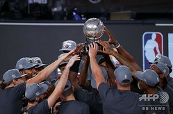 19-20NBAプレーオフ、イースタンカンファレンス決勝、マイアミ・ヒート対ボストン・セルティックス。イースタンカンファレンス優勝を喜ぶマイアミ・ヒートの選手(2020年9月27日撮影)。(c)Kevin C. Cox/Getty Images/AFP