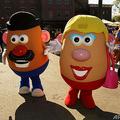 ジャガイモの形をした米国生まれの玩具「ミスター・ポテトヘッド」(左)と「ミセス・ポテトヘッド」の着ぐるみ(2013年7月26日撮影)。(c)Rich Polk / GETTY IMAGES NORTH AMERICA / AFP