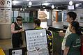 台風19号の上陸から一夜明け、JR横浜駅の改札前で運転再開を待つ人たちと、対応する職員(左)=13日午前、横浜市西区