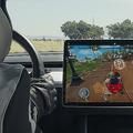 テスラが実際の車の運転席で遊べるレースゲームを配信 難点は首の角度