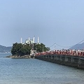 橋の上も参拝客で大行列