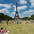 フランス ・パリのエッフェル塔近くにあるシャンドマルス公園(2020年10月7日撮影、資料写真)。(c)AFP