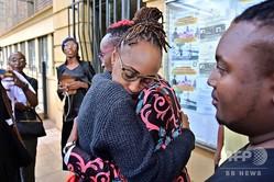 ケニア首都ナイロビで、同性愛を違法とする刑法の規定の廃止を認めない判決が下された後に抱き合うLGBT(性的少数者)支持者ら(2019年5月24日撮影)。(c) TONY KARUMBA / AFP