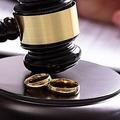 木槌の上に置かれた結婚指輪