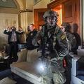 米首都ワシントンの連邦議会議事堂内で、ドナルド・トランプ大統領支持者の議会襲撃時に部屋の中に侵入者がいないかを探す警察の特殊部隊(2021年1月6日撮影、資料写真)。(c)Olivier DOULIERY / AFP