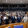 ベルギーの首都ブリュッセルにある欧州議会で、ブレグジット協定案の承認後、手をつないで別れの歌を合唱する議員ら(2020年1月29日撮影)。(c)Francisco Seco / POOL / AFP