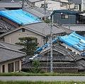 ブルーシートで屋根を覆ったままの家屋が残る住宅地=大阪府高槻市(渡辺恭晃撮影)