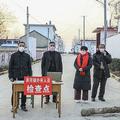 中国の山東省滕州で、外部からの立ち入りを禁じるために設置された検問所に立つ住民ら(2020年1月27日撮影、資料写真)。(c)STR / AFP