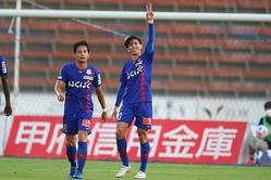 前半にドゥドゥ(10番)が2ゴールを決めるも、甲府は新潟と3−3で引き分けた。(C)J.LEAGUE PHOTOS
