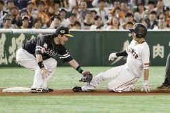 9回巨人一死一塁、打者ゲレーロのとき、暴投で代走増田大が三塁を狙うがタッチアウト。三塁手松田宣=東京ドーム(C)Kyodo News