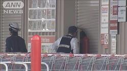 コストコに車で突っ込む 2人組が貴金属盗み逃走