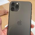 「iPhone11 Pro」の背面のカメラは、従来の二つから三つに増えた=10日午前11時52分、米アップル本社のスティーブ・ジョブズシアター、尾形聡彦撮影