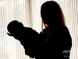 母親と新生児(2011年4月14日撮影、資料写真)。(c)OLEXANDER ZOBIN / AFP