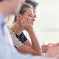 仕事のミーティングでまどろむ女性