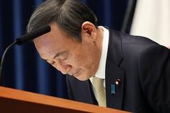3度目の緊急事態宣言を発出し、会見で頭を下げる菅義偉首相=2021年4月23日午後8時3分、首相官邸、上田幸一撮影=朝日新聞