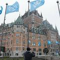 カナダ・ケベック州のホテル、フェアモント ル シャトーフロントナックの前に掲げられた国連の旗(2018年6月5日撮影、資料写真)。(c)Alice Chiche / AFP