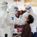 教会に設置された新型コロナウイルスの専用診療所で検査を受ける信者=19日、ソウル(聯合ニュース)