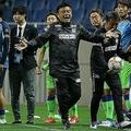 �監督は選手の心情を慮り、ハーフタイムに「やるか、やめるか」と問いかけたという。写真:滝川敏之