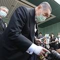 台湾の記者らと交流する森元首相