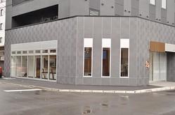 新潟駅万代口を出て右手へ進もう。ホテルリブマックスの1Fに出店している「麺処 清水 新潟駅前店」