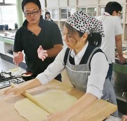 県産小麦を使ったうどんの打ち方を教える加藤さん(埼玉県入間市で)