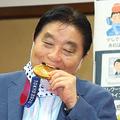 市長のメダル噛み 海外冷ややか