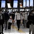 ラッシュアワーの混雑も戻りつつある。帰宅時間の品川駅(AFP=時事)