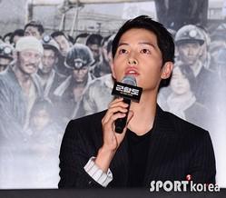 (写真提供=SPORTS KOREA)映画『軍艦島』メディア試写会で発言するソン・ジュンギ
