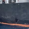 アラブ首長国連邦(UAE)フジャイラの沖合に停泊する国華産業のタンカー「コクカ・カレイジャス」の船体にみられる損傷(2019年6月19日撮影)。(c) Mumen KHATIB / AFP