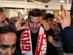 空港でファンがルーカス・ポドルスキを歓迎
