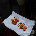 ミャンマー北部カチン州で売られている琥珀(2018年5月12日撮影、資料写真)。(c)Ye Aung THU / AFP