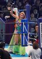 2020年1月4日の新日本プロレス東京ドーム大会で入場し、笑顔で声援に応える木村花さん