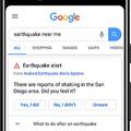 グーグル検索の画面。米グーグルはスマートフォンを「小型の地震計」として活用し、地震情報を迅速に提供、検索画面などに表示するという。来年からは、揺れる前に緊急速報を出す取り組みも始めるという(米グーグル提供)