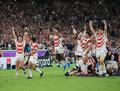 スコットランドに勝利し、歓喜の日本代表(左から)福岡、田中、松島、中島、坂手、トンプソン(撮影・吉田 剛)