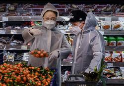 日本から中国支援に詩を送るブーム 国内では体制批判の名句が使用されるようになった。写真は2月13日、北京のスーパーマーケットで買い物する市民(GettyImages)