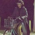 変装もせず、自転車で堂々と表通りを走る満島ひかり