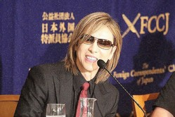 紺綬褒章を受章したYOSHIKIさん(2018年9月撮影)