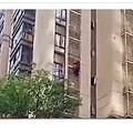 マンション外壁から階下に向かう高齢女性(画像は『New York post 2019年4月26日付「Grandmother with Alzheimer's climbs out of high-rise in China」』のスクリーンショット)